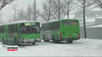 Heavy snow slams Korea's east coast regions, Tokyo hit by biggest amount in 45 years