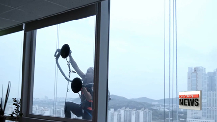 World climbing champion climbs a 33-story building with LG's vacuum cleaner