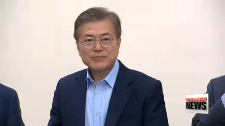 President Moon Encourages Open Debate at First Meeting of Chief Aides
