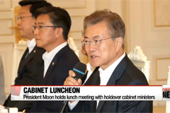 President Moon holds luncheon meeting to hear views of holdover cabinet