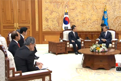 Pres. Moon tells Japanese envoy that people do not accept 2015 'Comfort Women' deal