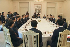 President Moon meets labor leaders at presidential Blue House