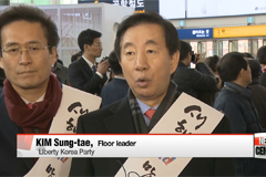 Rival lawmakers greet citizens traveling for Lunar New Year holiday