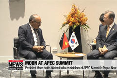 President Moon holds bilateral talks on sidelines of APEC Summit in Papua New Guinea