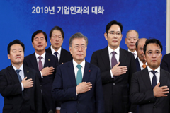President Moon to hold frank business discussions with heads of conglomerates at Blue House