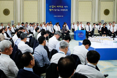 Pres. Moon calls on conglomerates to invest and create jobs
