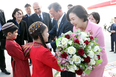 President Moon starts 3-nation Central Asia tour in Turkmenistan
