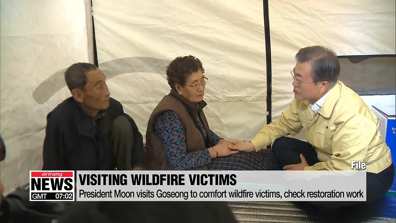 President Moon visits Goseong to comfort wildfire victims, check restoration work