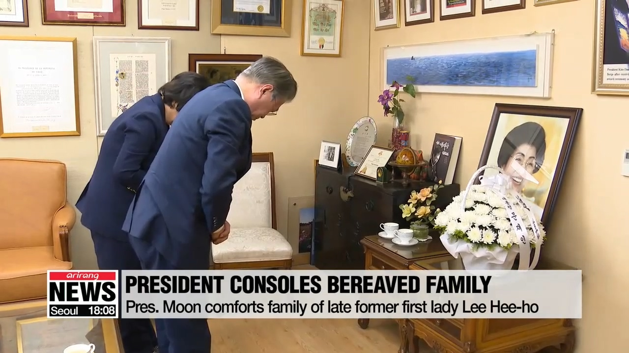 President Moon comforts family of late former first lady Lee Hee-ho