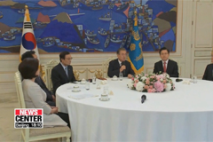 Moon meets with political part