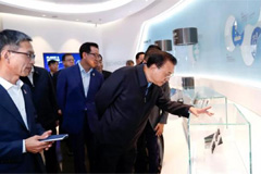 Chinese Premier Li Keqiang inspects Samsung factory in Xian... sign of future Korea-China business cooperation?