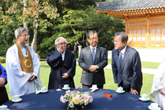 Pres. Moon asks religious groups to play bigger role in integrating society