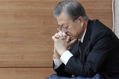 Moon returns to office after wrapping up funeral for his mother
