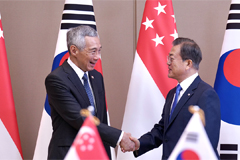 President Moon kicks off ASEAN schedule with S. Korea-Singapore summit