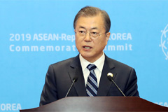 Moon calls on ASEAN to churn