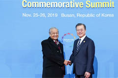 Pres. Moon to wrap up ASEAN summit diplomacy with a one-on-one with Malaysian PM Thursday morning