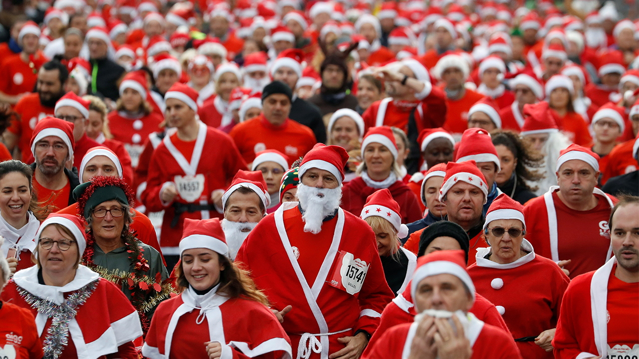 4,000 runners in Santa Claus costumes join race for charity near Paris