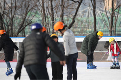 Enjoying ice skating at center of Seoul... outdoor skating rink opens at Seoul Plaza and Nodeul Island