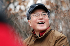 Moon welcomes 2020 by climbing Achasan Mountain with citizens who performed good deeds last year