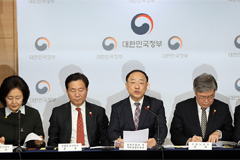 S. Korea's finance chief pledges gov't support to innovate nation's bio industry