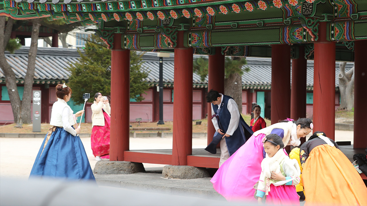 Young South Koreans celebrate Lunar New Year in traditional style