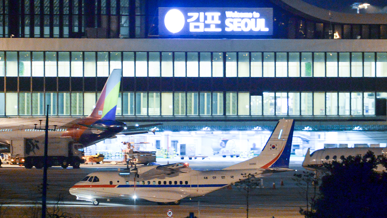S. Korean evacuees arrive at Gimpo Int'l Airport from Japanese cruise ship, set for quarantine