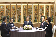 President Moon discusses ways to tackle COVID-19 with ruling, opposition party leaders