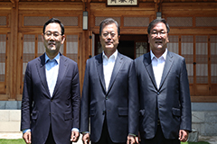 President Moon holds luncheon with ruling, main opposition party floor leaders