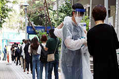 S. Korean gov't emphasizes distancing in daily life despite decline in newly confirmed cases