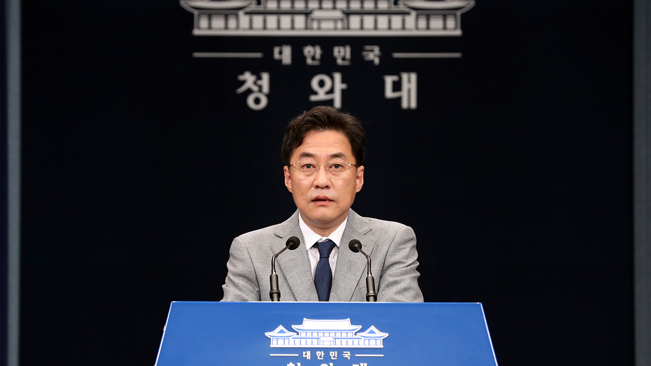 President Moon replaces seven Blue House secretaries