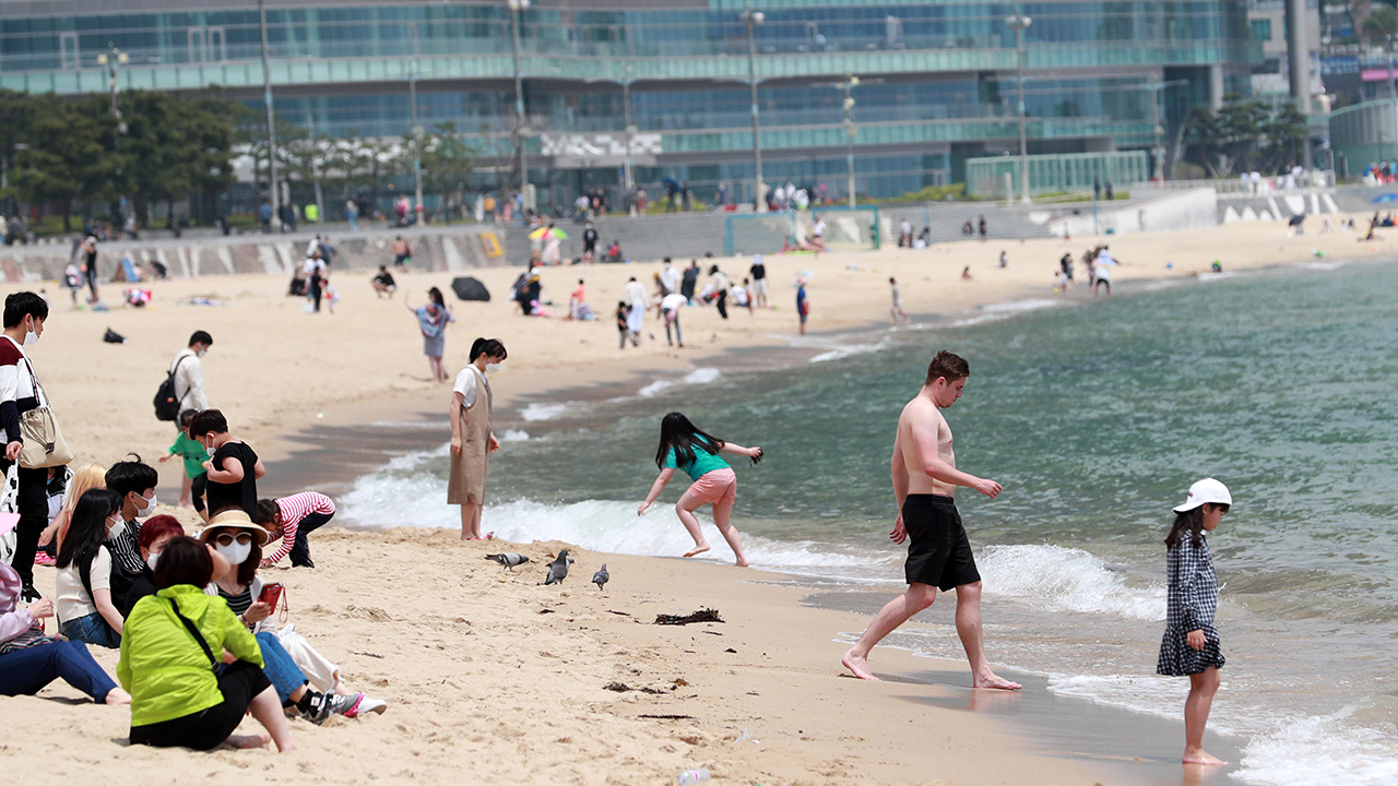 S. Korean gov't advises people to visit smaller beaches, avoid crowds
