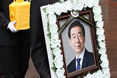 Seoul holds late Seoul mayor's funeral online amid virus concerns