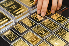 Gold price breaks past US$2,000 for first time on COVID-19 fears
