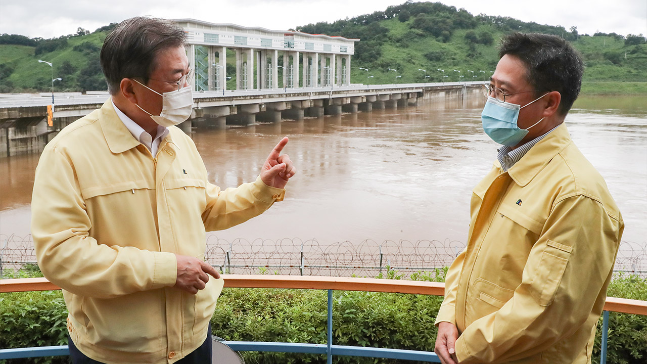 President Moon visits flooded areas on inter-Korean border