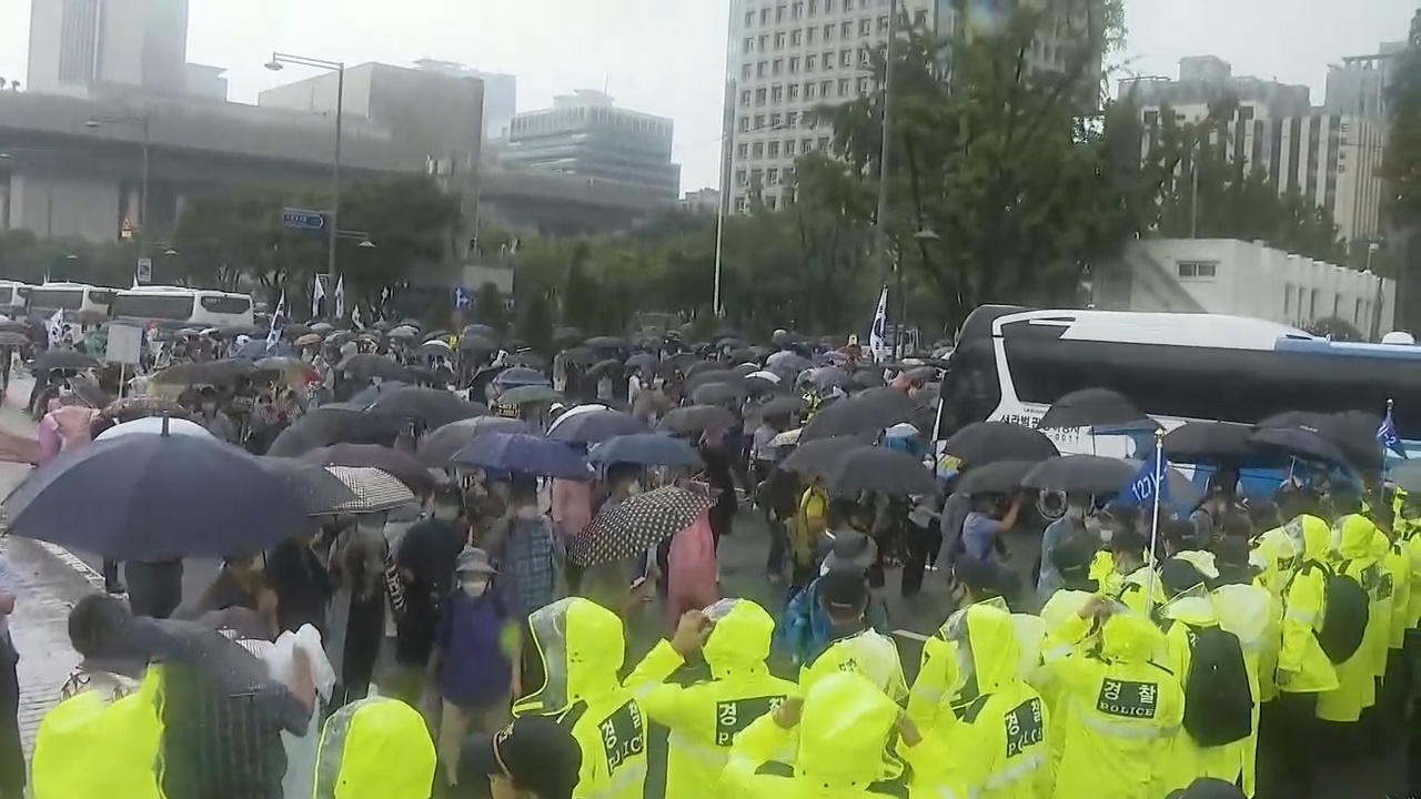 Large-scale demonstrations take place in downtown Seoul amid surge of COVID-19 cases