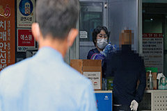 Number of daily COVID-19 cases in S. Korea jump 10 times over 2 week-period