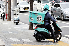 Monthly spending via mobile food delivery apps increases in S. Korea amid COVID-19