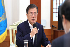 President Moon meets with ruling party leadership to discuss state affairs