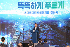 President Moon visits Changwon industrial complex over New Deal project