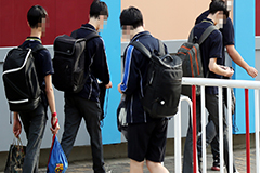 S. Korean students return to i