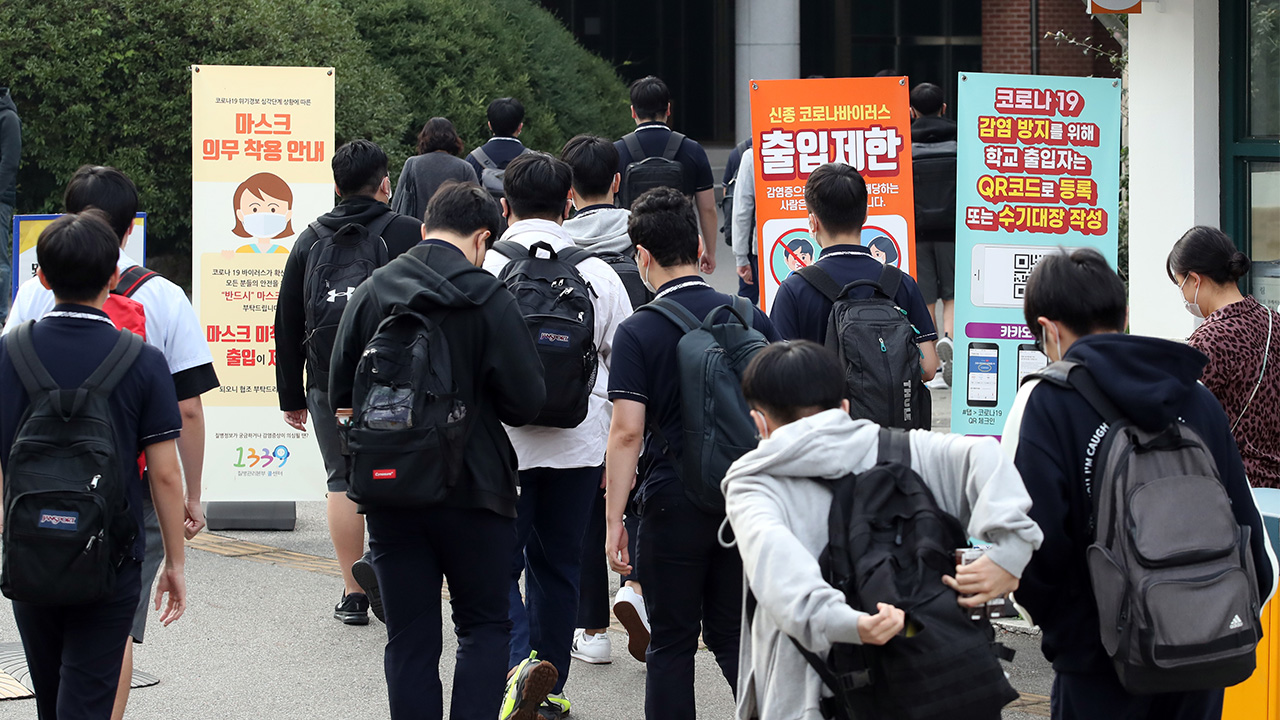 Schools in Seoul area open for in-person classes with cap on student numbers