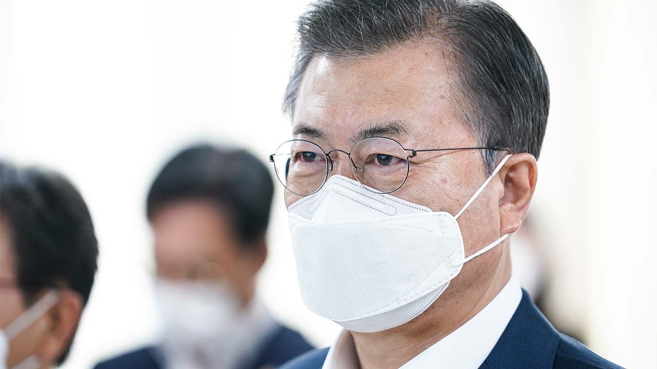 President Moon visits local health center to oversee COVID-19 vaccine inoculation