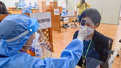 First recipient group receives COVID-19 vaccine in S. Korea