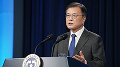 President Moon pledges to strengthen support to remain as world No. 1 in semiconductors