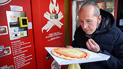 Vending machine promising freshly baked pizza in 3 min. debuts in Rome