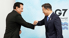 Moon meets AZ chief; calls for continued cooperation for steady COVID-19 vaccine supply
