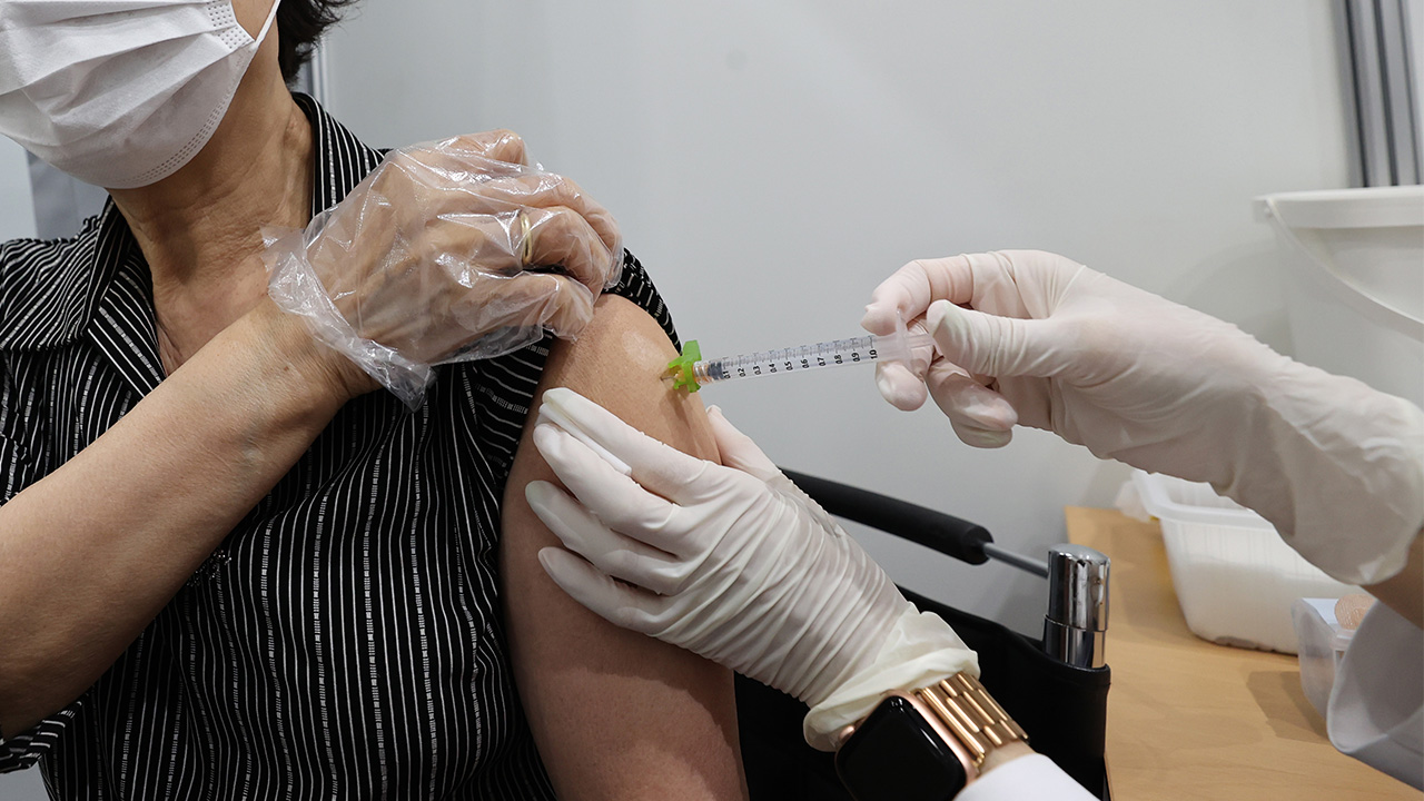 S. Korean high school seniors, teachers, over-50s first in line to get COVID-19 shots in Q3