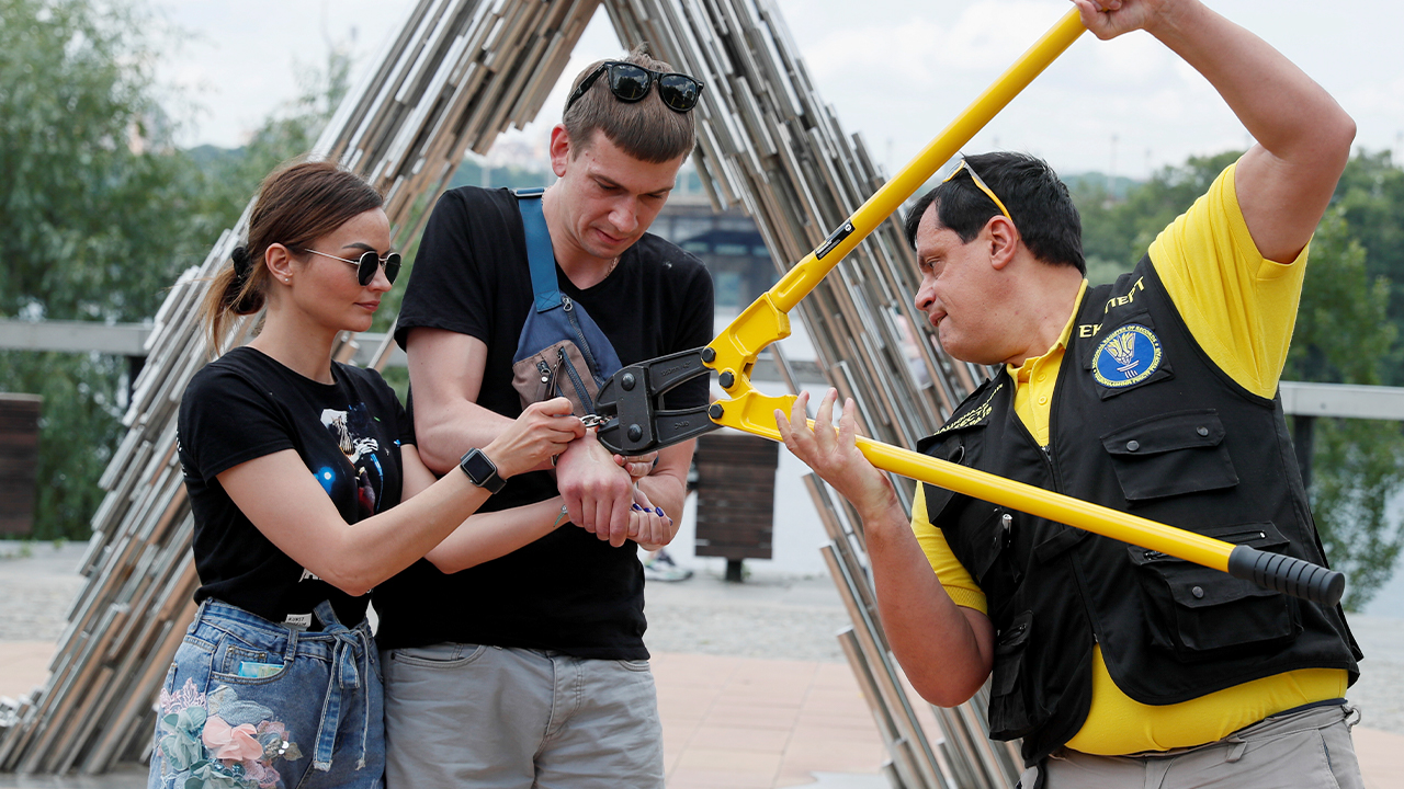 Ukrainian couple splits up after 123 days being handcuffed together