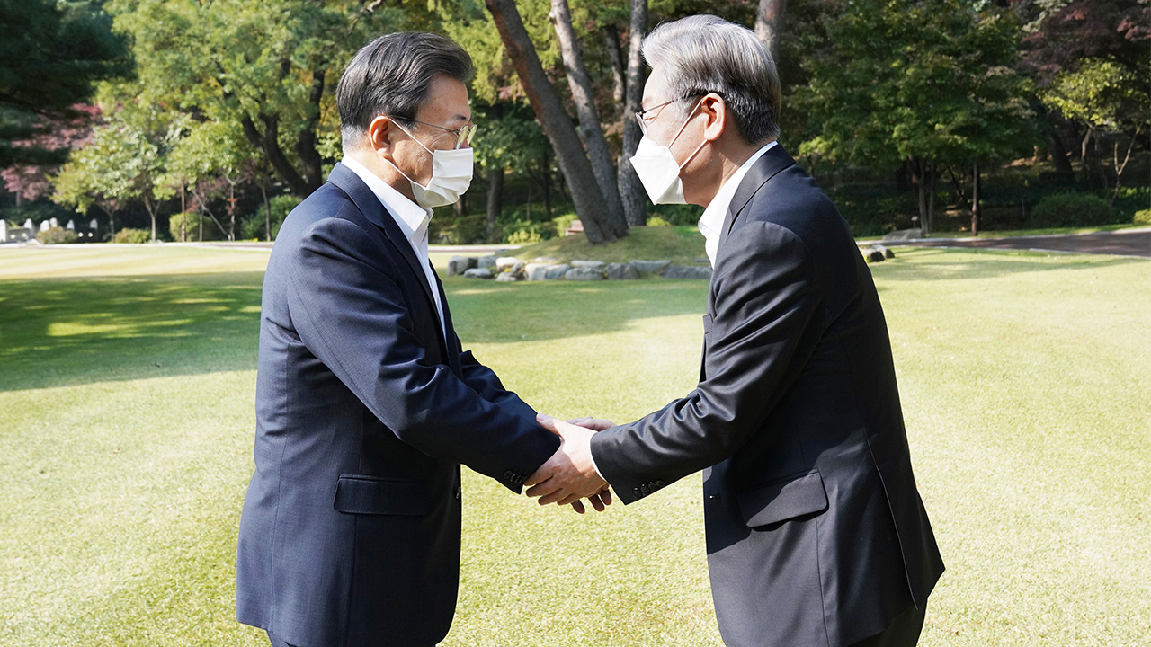 President Moon meets with ruling party's presidential candidate
