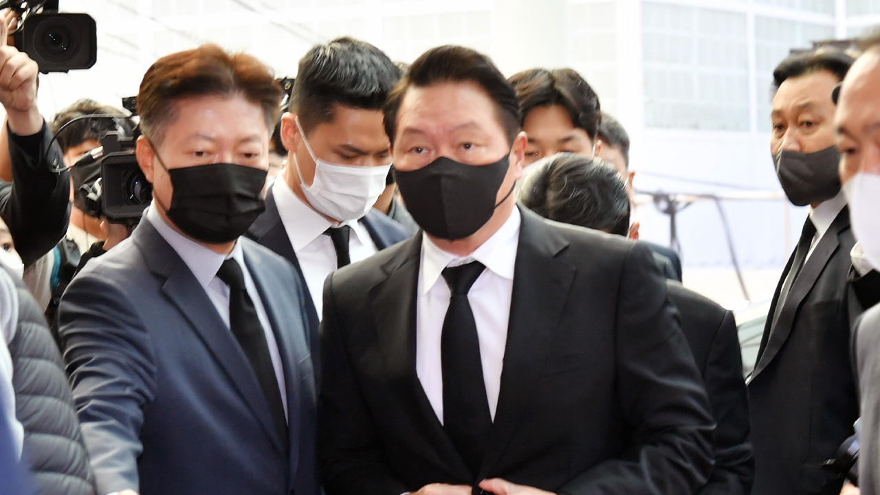 Prominent figures come to show respect to late former President Roh Tae-woo